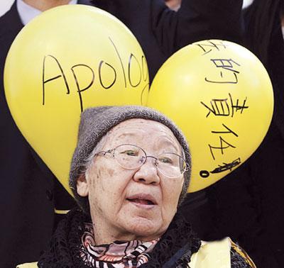 Несколько десятков пенсионерок из Сеула, которые во времена Второй мировой войны были работницами борделей, устроили акцию протеста у здания посольства Японии.