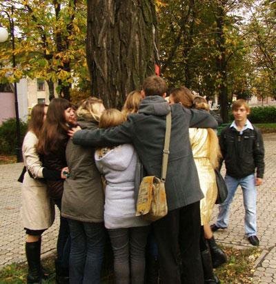Мариупольская молодежь провела флешмоб Єднаймося з природою.
