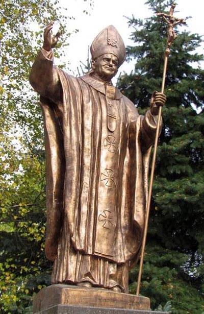 На Замковой горе в Житомире торжественно открыли памятник Папе Римскому Иоанну Павлу ІІ, который ровно десять лет назад посетил Украину.