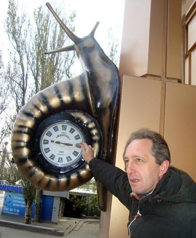 Сергей Шуликин с чудесными часами-улиткой.