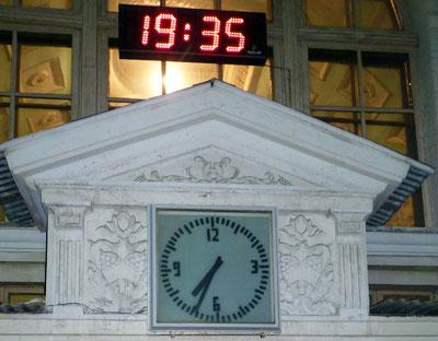 По ночам на главных часах Краматорска время видно хорошо