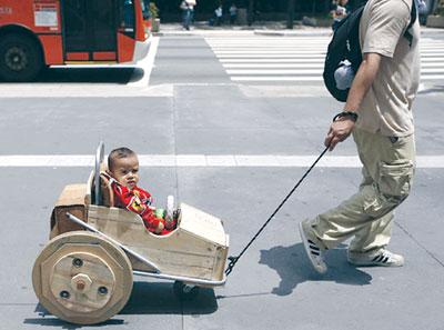 Мир возвращается к истокам. Бразильские мужчины начали мастерить для своих детей деревянные коляски, в которых и катают их по бетонным джунглям города Сан-Паулу.