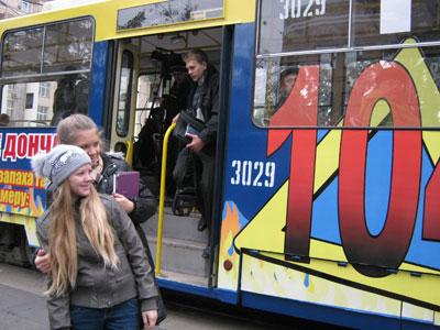 В Донецке появился первый социально-рекламный трамвай. В пятницу работники горгаза уже покатали на нем шестиклассников и во время поездки рассказали им о правилах пользования газовой плитой.