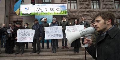Под мэрией Киева помитинговали жители домов по улице Саксаганского. Активисты возмущались действиями застройщиков, которые, по их мнению, разрушают исторический центр столицы Украины.