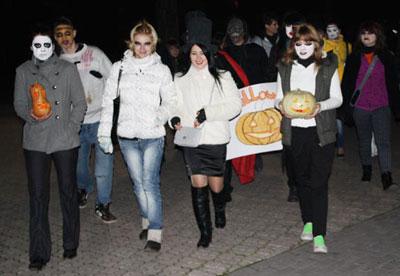 Мариупольская молодежь в канун Хэллоуина перевоплотилась в нечисть разного калибра. И в таком виде разгуливала по Театральной площади, участвуя в зомби-параде.