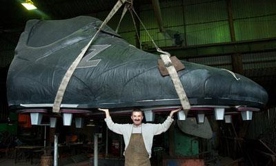 В Запорожье в четверг было завершено изготовление самой большой в мире пятиметровой кожаной футбольной бутсы.