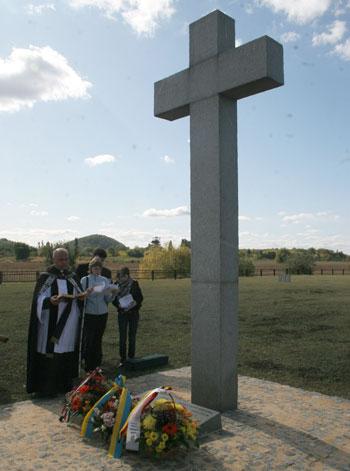 На кладбище немецких военнопленных в Донецке проводятся богослужения в память об усопших.
