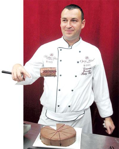 Шеф-кондитер Лайош Чаки: Вот такие красивые кусочки торта можно нарезать только очень горячим ножом.