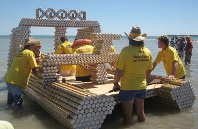 Три мудреца в одном тазу поплыли по морю в грозу. А если б плыли в банках пива - закончилось бы всё счастливо! Так полагают участники одной из самых необычных регат в мире: они строят корабли из пустых алюминиевых банок из-под пива. А проходит регата в Австралии.
