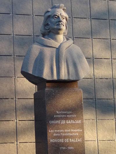 Памятник Оноре де Бальзаку торжественно открыли в Бердичеве Житомирской области.