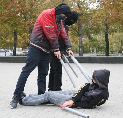 В субботу некоторых дончан напугала группа молодых людей в черных масках, собравшаяся на площади Ленина.