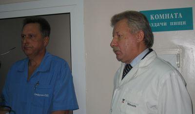 Заведующий хирургическим отделением харцызской больницы Геннадий Кравченко (слева) и главный хирург Донецкой области Александр Епифанцев уверены в том, что от «отпимизации» все только выиграют