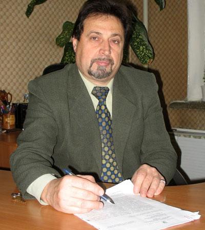 Главный врач Донецкого городского центра здоровья Вячеслав Петраченков показывает письмо Минздрава Украины, в котором названы разрешенные в нашей стране вакцины против гриппа.