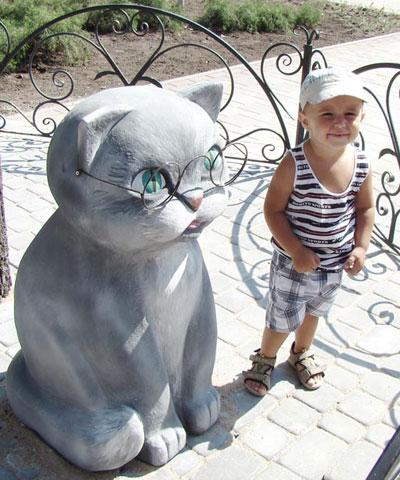 В сквере Лукоморье ученый кот песнь хоть и не заводит, но с удовольствием позирует для фото.