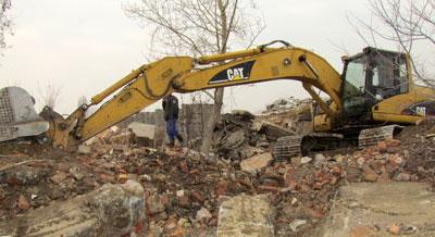 В минувшее воскресенье собкор Донбасса заметила в Снежном на останках завода керамзитового гравия экскаватор. Впрочем, рабочие пояснили, что они просто ровняют площадку, чтобы не было развалин.