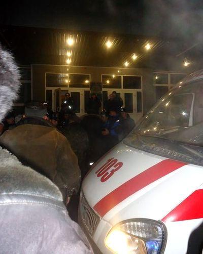 милиция и чернобыльцы у машины скорой помощи