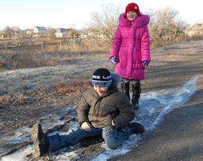 В середине недели в Донецкую область пришли настоящие морозы: по ночам температура воздуха опускалась до -10 градусов. Жители села Иверское Александровского района принялись согревать деревья дымом от костров.