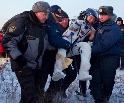 В заснеженной казахской степи в капсуле пилотируемого корабля Союз ТМА-02М благополучно приземлился экипаж.