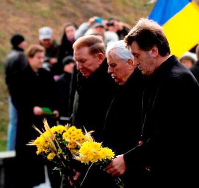 Впервые в истории Украины в субботу почтить память жертв голодоморов на территории Мемориала в Киеве собрались все четыре президента - Леонид Кравчук, Леонид Кучма, Виктор Ющенко и Виктор Янукович.