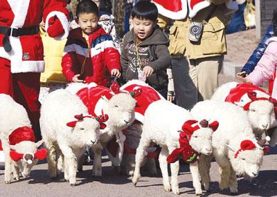в Южной Корее уже царит праздничное настроение. Улицами Сеула начал разгуливать  местный Санта-Клаус со своими эльфами.
