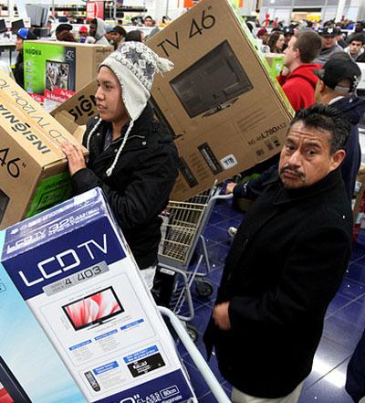 Американцы обрадовались бешеным скидкам в Черную пятницу перед Рождеством и скупали всё, на что только падал взгляд. А в полицию попали десятки человек, подравшихся в очередях.