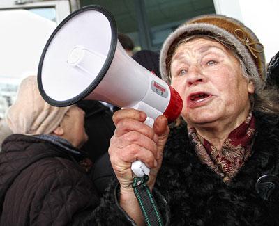Донецк. Два часа перед Белым домом пенсионеры скандировали Ганьба! и Власть - в психушку!