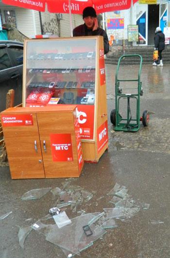 В Артемовсе владелец торгового центра наехал на прилавок с мобильными телефонами