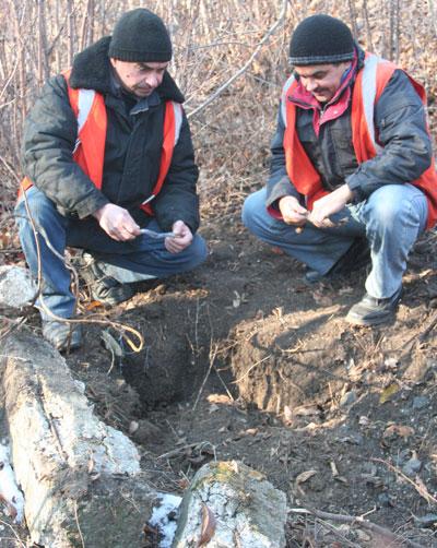 Сергей Медведев и Алексей Чижик. Тот самый 413-й километр. По вине добытчиков металла был заблокирован железнодорожный переезд