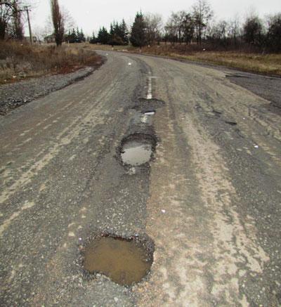 Эту дорогу не собираются ремонтировать, пока не сделают трассы для Евро-2012.