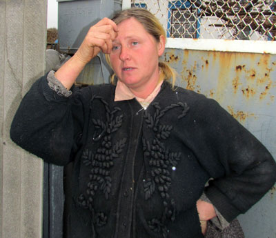 Валентина Житенко живет возле автобусной остановки в центре Григорьевки. Сожалеет, что нет транспорта: молоко на рынок не отвезешь, в больницу не съездишь. Все земляки в недоумении: бросили власти село на произвол судьбы…