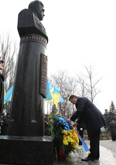 Перед посещением ЕМЗ президент Виктор Янукович отправился возложить цветы к памятнику космонавту Георгию Береговому.