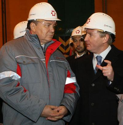 Я считаю, что смогу построить аглофабрику за вот такой короткий срок, - пообещал Виктору Януковичу его единомышленник Ринат Ахметов.