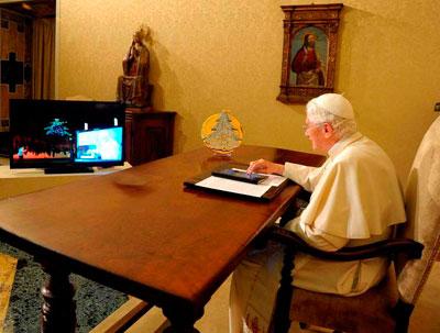 Папа Римский Бенедикт XVI зажег рождественскую ёлку в итальянском городе Губбио, используя планшетный компьютер.