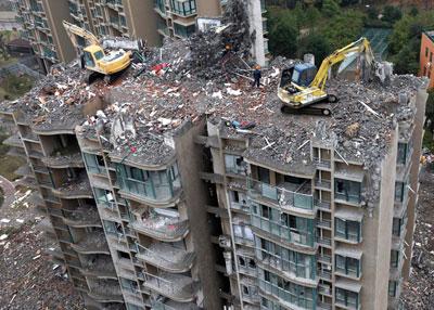 Покупатели квартир в 18-этажном жилом комплексе китайского города Тайчжоу смогли прожить здесь всего несколько месяцев. Оказалось, что он построен на мелиорированных землях, и фундамент не выдерживает веса конструкции.