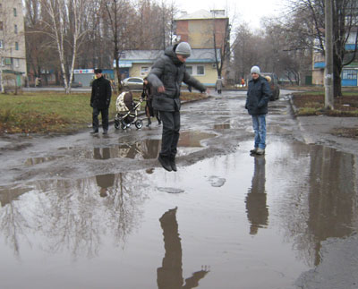 Минувшая неделя оказалась в Донецкой области не по-декабрьски дождливой. Обычно эту огромную лужу в микрорайоне Шахтерский Красноармейска прохожие обходят стороной. Но только не школьники!