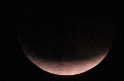 В субботу вечером жители Донецкой области, как и многих уголков Земли, наблюдали лунное затмение. В Мариуполе было отчетливо видно, как тень от нашей планеты закрыла ее спутник.