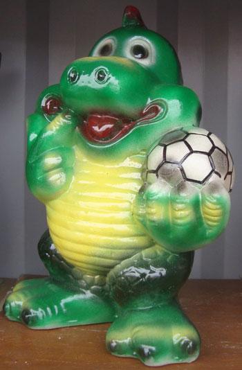 Копилка в десяточку - и дракон, и футбол.