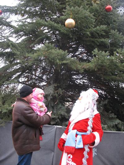 Докучаевск. Карина с папой пришли в гости к Деду Морозу.