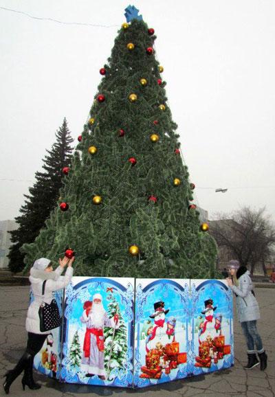 Шарики на главной снежнянской ёлке потрогать можно, и внутрь оградки заглянуть. Но не более: новогоднюю красавицу круглосуточно охраняет патруль.