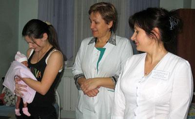 Профессор Ольга Долгошапко и завотделением Елена Стрюковская зашли проведать маленькую пациентку и ее маму.