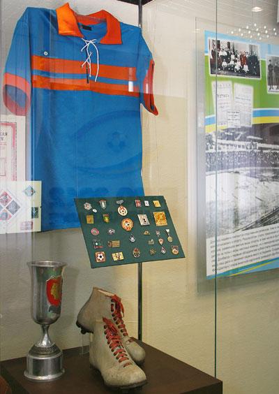Стенд с уникальными экспонатами - реконструированной формой «Стахановца», старинными значками и бутсами 40-х годов прошлого века.