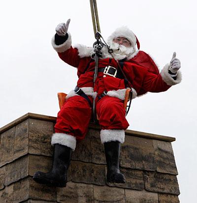 Многие дети задавались вопросом, как большой Санта-Клаус может вместиться в узкой и маленькой дымовой трубе, чтобы принести им подарки. В английском городе Кейнс построили первую в мире дымовую трубу для мужчины таких размеров. Чтобы  отметить открытие дружественной трубы, Санта-Клаус спустился с неба и влез в трубу.