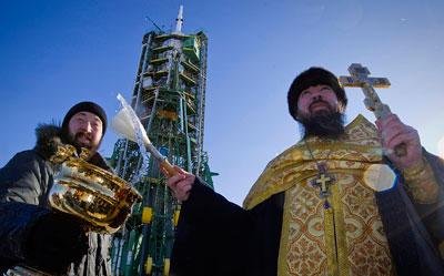 Православный священник на космодроме Байконур благословил перед полетом космический аппарат Союз ТМА-03М.