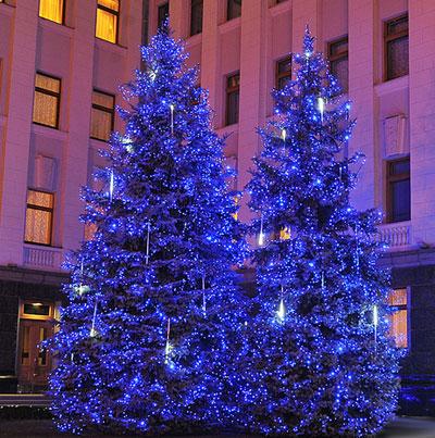 Площадь у здания Администрации президента Украины на Банковой в преддверии Нового года и Рождества засверкала огнями.