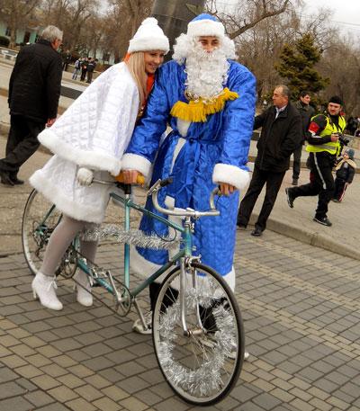 Санта-Клаус отдыхает - на арене Дед Мороз!. Во всекрымском фестивале с таким названием приняли участие более ста новогодних персонажей, которые съехались в Евпаторию на мотоциклах и велосипедах.