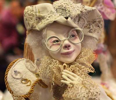 Мариупольские хэнд-мейдеры в ДК Молодежный выставили детские подарки, различные вязаные и вышитые изделия, сувенирные интерьерные игрушки, новогодние украшения. Но особый интерес вызвали куклы