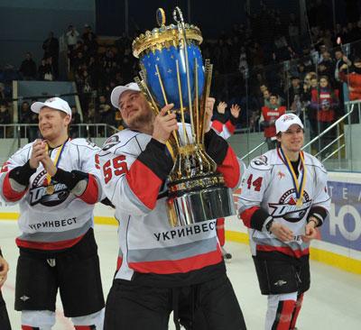 Донбасс стал первым некиевским клубом, завоевавшим чемпионский Кубок.