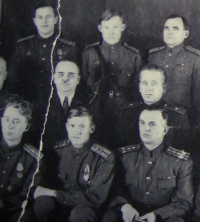 1942 год, Георгиевский зал Кремлевского Дворца. В верхнем ряду посередине - Николай Мельников, а первый во втором ряду  слева - Николай Шверник.