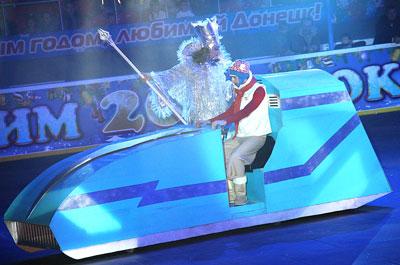 Новогодняя елка в Дворце спорта Дружба. Снежная королева-2012 заманила Кая суперскоростными санями.