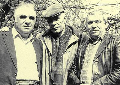 Иван Костыря (крайний справа) с друзьями: поэтом Владимиром Демидовым и скульптором Николаем Ясиненко.